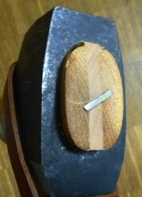 Ascia con cuneo in legno ed in metallo.