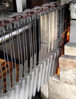 le lame grezze vengono fatte passare attraverso una fornace la tempra controllata da un computer
