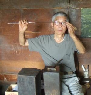 Shinsui Nakaya che controlla una lama