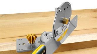 Regolata a 45° per un taglio inclinato composito, con la lama inserita.